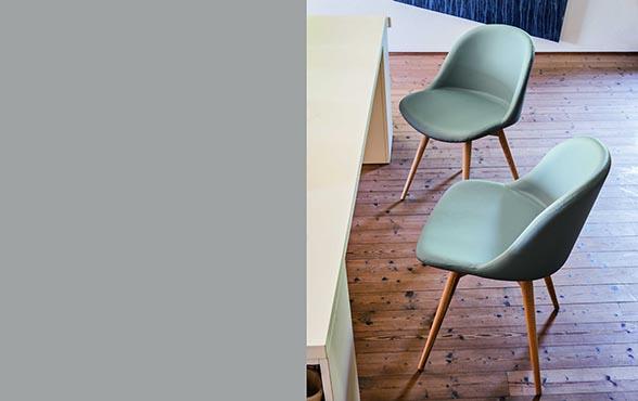 blue wall design lederstuhl design via sonny. Black Bedroom Furniture Sets. Home Design Ideas